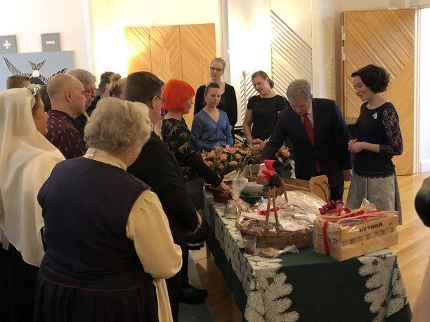 Tilaisuudessa oli paljon lahjojen antajia, joita kestittiin glögein ja piparein.