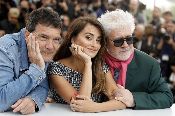 Pain & Glory -elokuvan näyttelijät Antonio Banderas ja Penelope Cruz sekä ohjaaja Pedro Almodovar poseeraavat kameroille Cannesissa 18.5.2019.