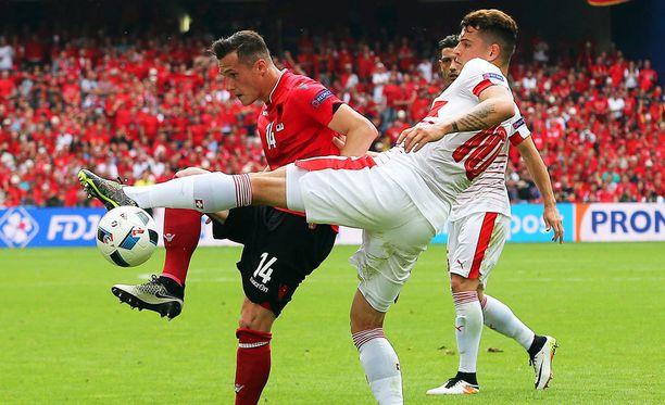 Taulant (vas.) ja Granit Xhaka kohtasivat lauantaina Albanian ja Sveitsin välisessä ottelussa.