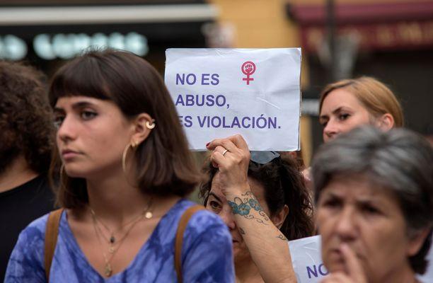 Espanjalaisnaiset osoittivat viime elokuussa mieltään raiskauksia vastaan Palma de Mallorcalla. Espanjan raiskauslakiin on vaadittu muutoksia. Nykyisellään monet tuomitaan vain seksuaalisesta hyväksikäytöstä, jos uhriin ei ole kohdistettu väkivaltaa tai uhkailua.
