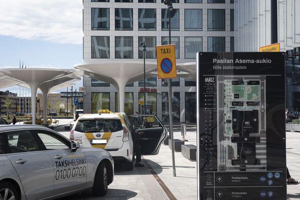 Jonon perältä valittu taksi kuumensi tunteita Helsingin Pasilassa.
