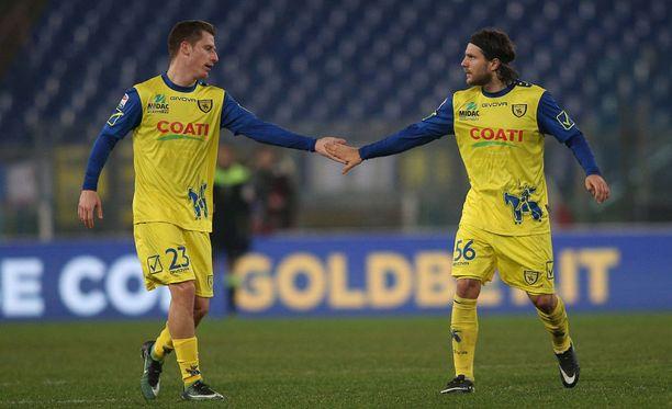 Chievon tykki Roberto Inglese ja Perparim Hetemaj paiskaavat kättä.