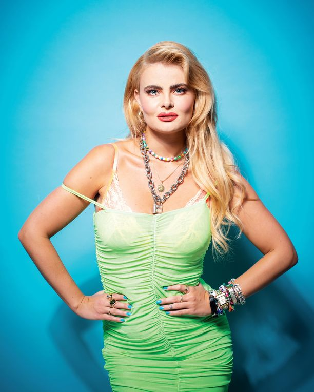Erika Vikman nostatti Cicciolina-kappaleella koko kansan mielenkiinnon. Seuraava single kutsuu liittymään syntisten pöytään.