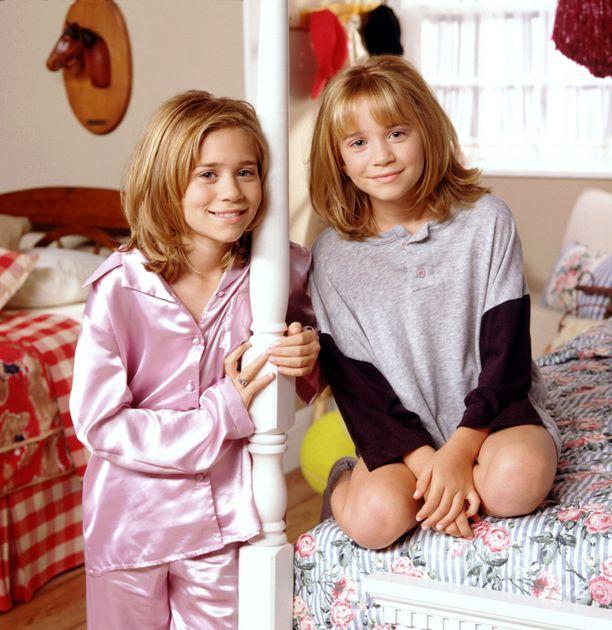 1998: Olsenit palasivat televisioon Two Of a Kind -sitcomissa, jossa esittivät leski-isän tyttäriä.