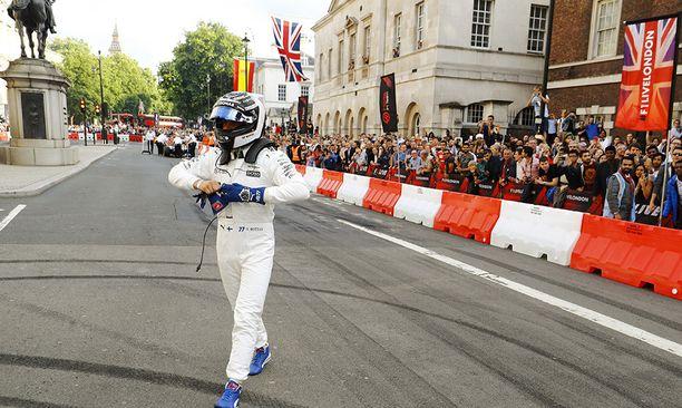Valtteri Bottas sai edustaa yksin Mercedestä Lontoossa.