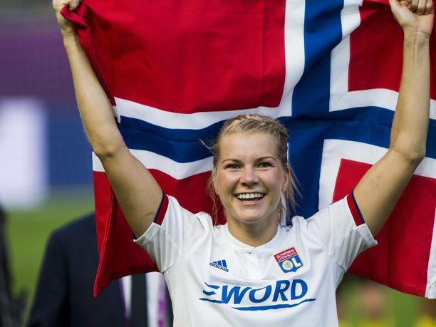 Lyonin norjalaishyökkääjä Ada Hegerberg juhli Mestarien liigan voittoa ja finaalin hattutemppuaan Norjan lipun kanssa.