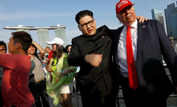 """""""Trump"""" kertoo, että häneltä kestää 1,5 tuntia muuttua presidentiksi. Aluksi kasvoille levitetään oranssin värinen pohja ja lopuksi kampaaja asentaa paikalleen mittatilaistyönä tehdyn peruukin."""