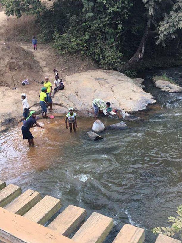 Maaseudun väki peseytyy joessa, sillä muuta paikkaa ei ole. Samalla pestään myös vaatteet.