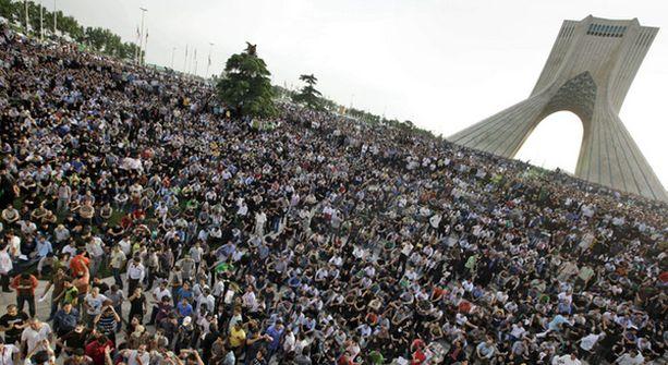 Sadat tuhannet opposition kannattajat osoittivat mieltään Teheranissa.