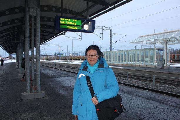 Teija Pokela antoi noottia VR:n mobiilipalvelulle, jonka mukaan juna oli aikataulussa.