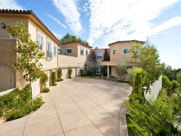 Matala kivitalo maastoutuu hienosti Beverly Hillsin kukkuloille.