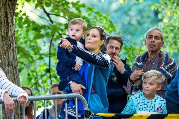 Kruununprinsessa Victoria ja prinssi Oscar seurasivat tapahtumaa yleisöstä.