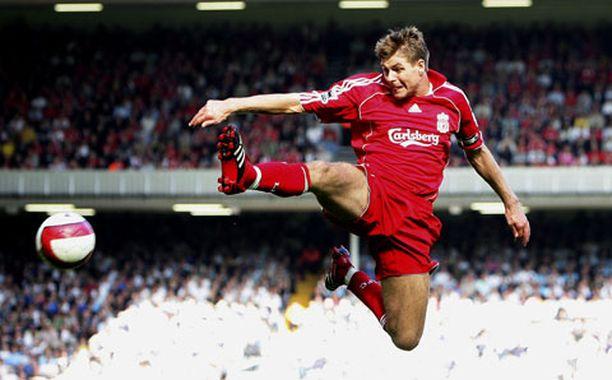 Liverpoolin Steven Gerrard taisteli aika ajoin tosissaan pallosta.