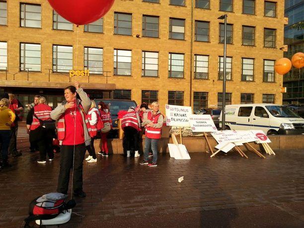 Tehyläiset jakoivat t-paitoja ja ilmapalloja jäsenilleen mielenosoitusta varten.