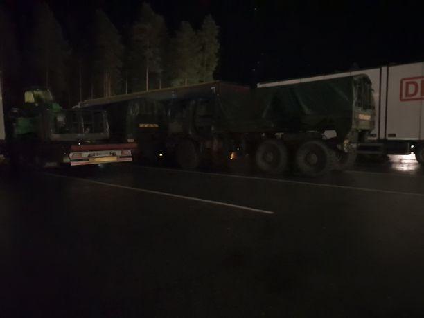 Puolustusvoimat valvoi aluetta edelleen puoli yhden aikaan yöllä. Silminnäkiän mukaan tapahtumapaikka sijaitsee Kuortin ABC:n takapihalla.