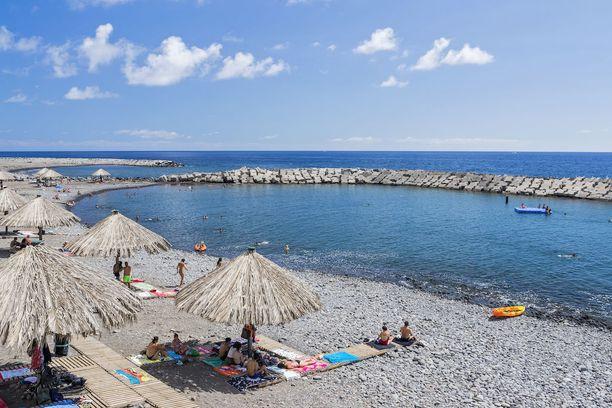 Madeiralla voi paistatella päivää vähän toisenlaisilla rannoilla.
