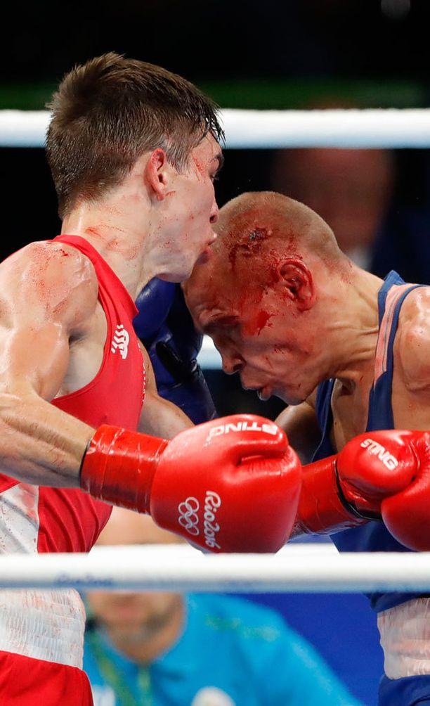 Irlannin Michael John Conlanin (vasemmalla) ja Venäjän Vladimir Nikitinin ottelu muistutti enemmän katutappelua kuin nyrkkeilyottelua. Nikitin nappasi kisoissa pronssin kääpiösarjassa (56kg).