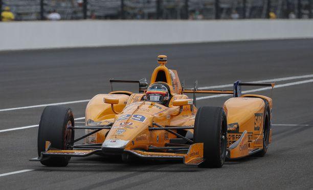 Fernando Alonso vakuutti ajotaidoillaan Indy-yleisönkin.