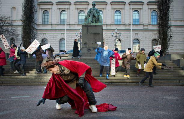 Suomen Pankilla Jeesus on ylipappien ja kansan tuomittavana.