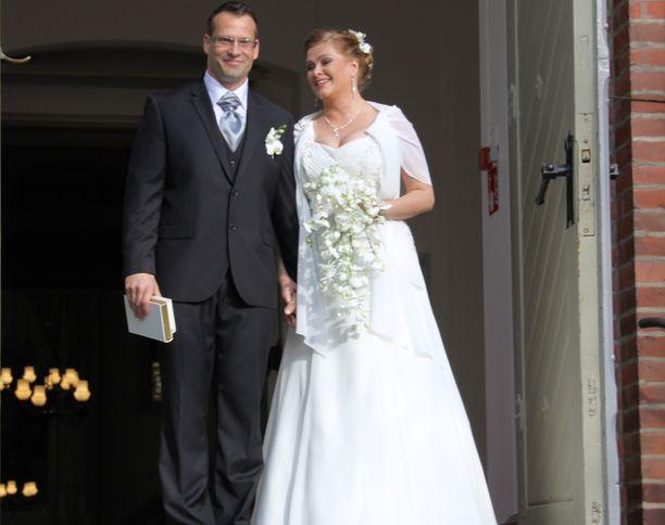 Tarja ja Markus astelivat vuonna 2013 kirkosta ulos vihittyinä ja onnesta säteillen.