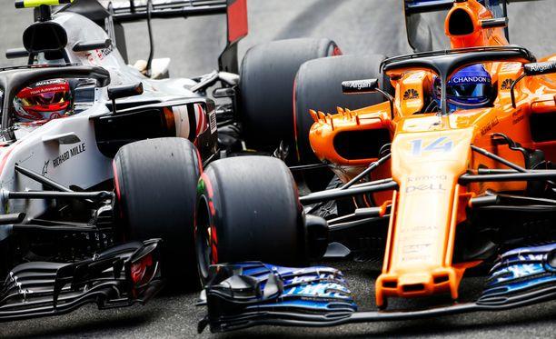 Kevin Magnussen (vas.) ja Fernando Alonso ajoivat kilpaa kesken aika-ajon lauantaina.