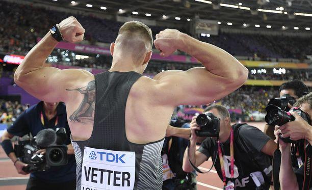 Johannes Vetter tykkää esitellä lihaksiaan kuvaajille. Kuvassa MM-kultaposeeraus vuonna 2017.
