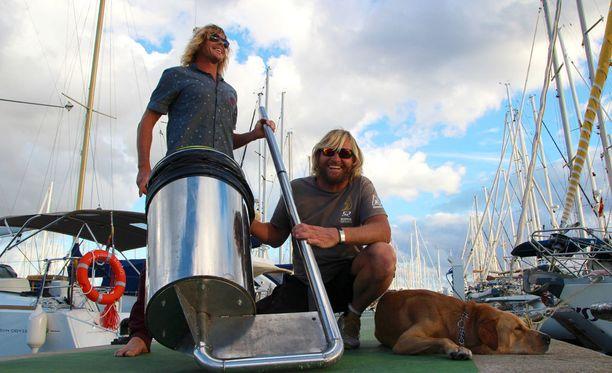Australialaiset Peter Ceglinski ja Andrew Turton esittelevät Seabinia.