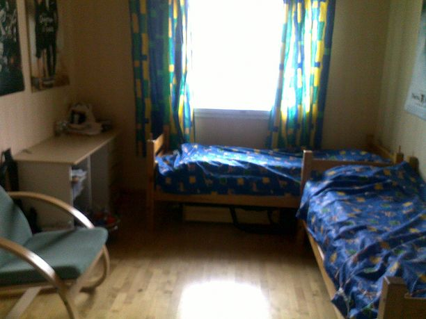 Kahden pojan makuuhuone on pieni ja ahdas.