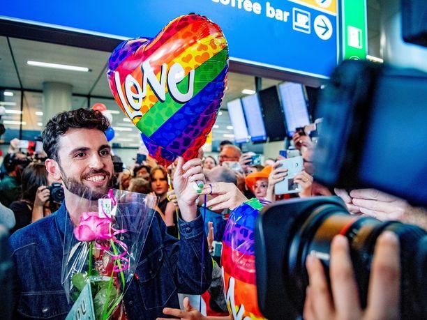 Alankomaiden edustaja Duncan Laurence voitti tänä vuonna Israelissa järjestetyt Euroviisut kappaleellaan Arcade. Laurence sai voiton jälkeen haltioituneen vastaanoton Amsterdamin Schipholin lentokentällä.