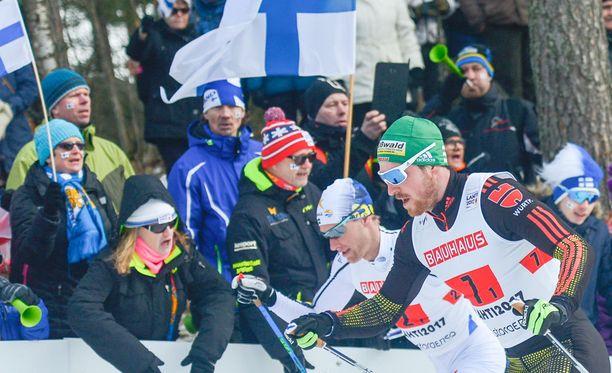 Suomen liput ovat liehuneet MM-latujen varrella.