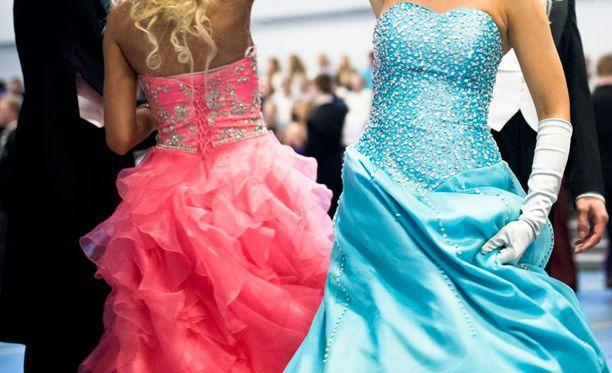 Tyttö piti kirjaa wanhojen päivän kuluistaan. Vaikka mekkokin oli alesta, nousi summa reippaasti yli 600 euron. Se on monelle aivan liikaa.