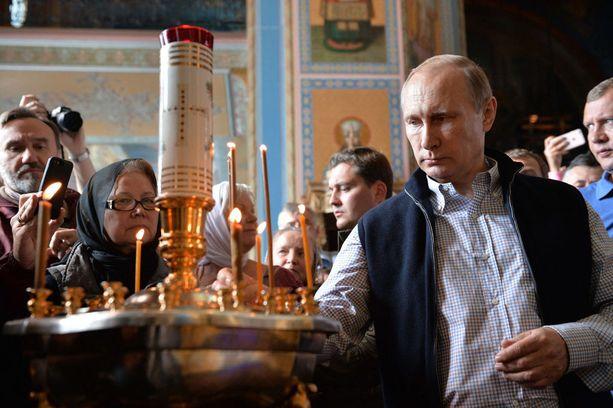 Presidentti Vladimir Putin on vahvistanut Venäjän ortodoksikirkon asemaa samaan aikaan kun Jehovan todistajat ovat entistä ahtaammalla.