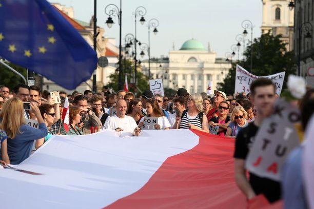 Useat ovat osallistuneet suunniteltuja lakiesityksiä vastustaviin mielenosoituksiin.