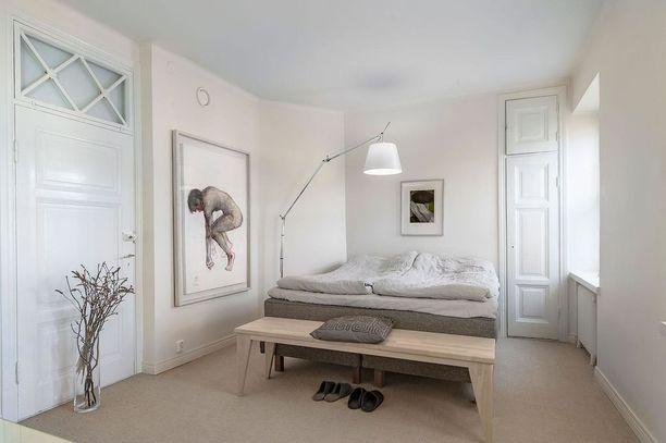 Luonnonläheiset sävyt ja materiaalit tuovat makuuhuoneeseen rauhallista tunnelmaa. Pellavaiset vuodevaatteet sopivat tänne täydellisesti. Eikä sänky tarvitse erikseen päiväpeittoa.