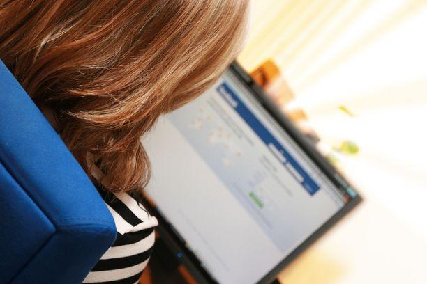 Moderoijat kertovat käyvänsä päivittäin läpi keskimäärin 400–500 julkaisua. Facebook ei paljasta suomalaisten moderoijien lukumäärää. Kuvituskuva.