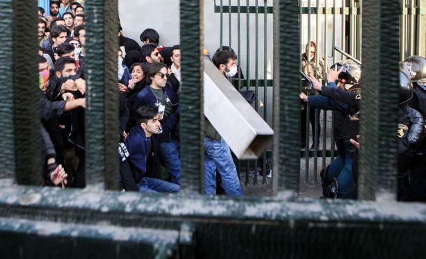 Iranissa mielenosoituksissa on tänään kuollut yksi poliisi ja kolme muuta on haavoittunut. Kuva lauantailta.