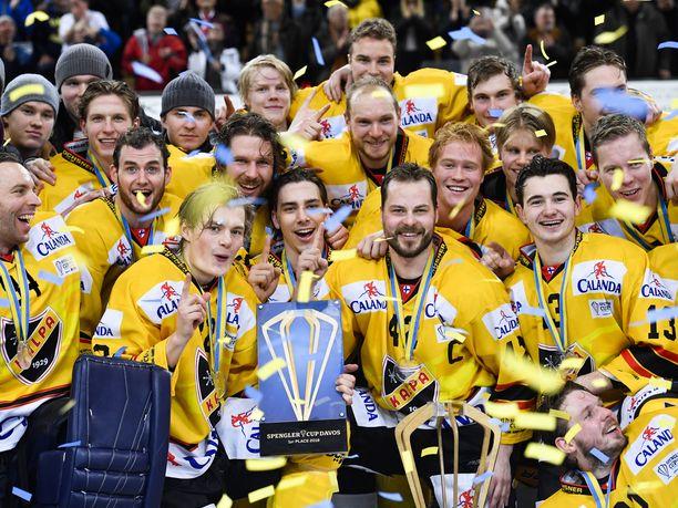 KalPa pääsi nostelemaan Spengler Cupin voittopystiä ensimmäisenä suomalaisjoukkueena.