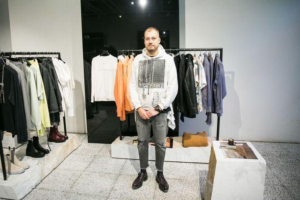 Maailman muotitaloissa ansioituneen Heikki Salosen uusi miestenmallisto Vyner Articles tarjoaa työvaatteita luovien alojen ammattilaisille.
