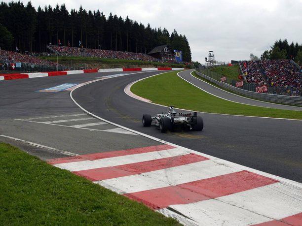 Räikkönen hyökkäsi vuoden 2002 Belgian GP:n aika-ajoissa Eau Rouge -mutkaa seuraavalle Kemmelin suoralle kaasu pohjassa, vaikka Olivier Panis'n moottoririkon aiheuttama savupilvi peitti näkyvyyden käytännössä täysin.