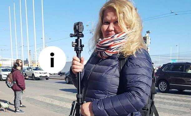 Perho PROn Sari Vuontisjärvi luomassa virtuaalitodellisuutta Helsingin Kauppatorin kupeessa.
