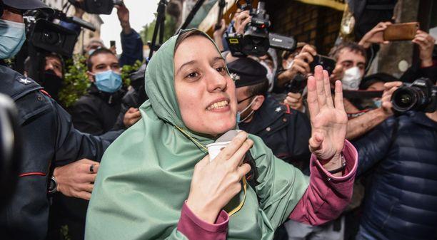 Silvia Romano saapui iItaliaan sunnuntaina hijab-asuun sonnustautuneena.