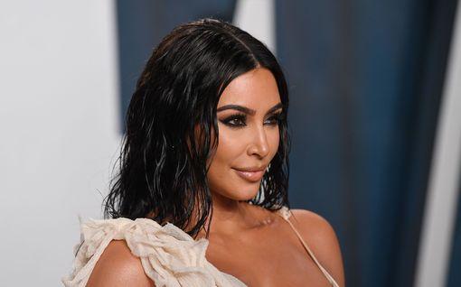 Kim Kardashianin asu on täydellisen ysäri – tältä korni retrokuosi näyttää housuissa