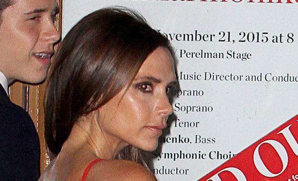 """Ulkomaiset mediat ovat nostaneet esille, että Victoria Beckman näyttää """"hälyttävän"""" hoikalta punaisessa mekossaan."""