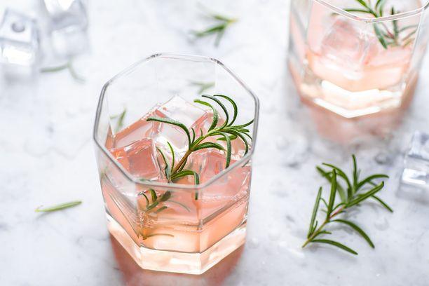 Vaaleanpunainen väri näkyy muun muassa viineissä ja virvoitusjuomissa.