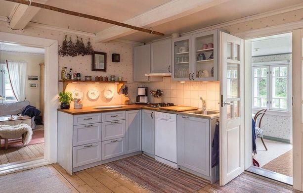 Harmaa on loistava valinta keittiökaappeihin, sillä se on tunnelmallinen, mutta raikas, eikä harmaassa pinnassa lika näy samalla tavalla kuin valkoisessa. Räsymatot tuovat keittiöön kodikasta tunnelmaa.