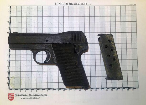 Ase löytyi järvestä magneetilla.