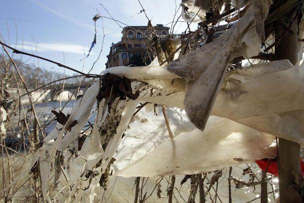 MUOVIN VALLASSA Tiber-joki Roomassa on muoviroskan täyttämä.