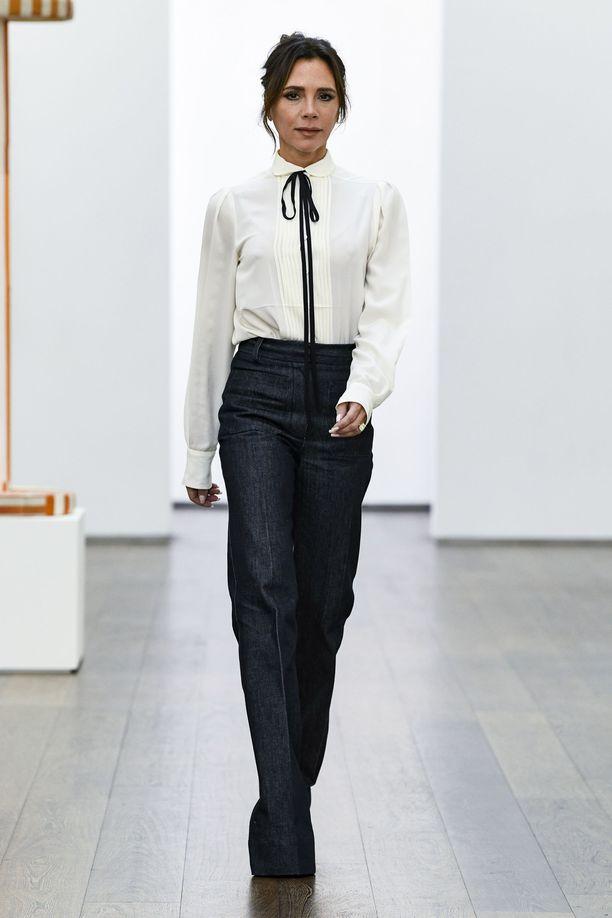 Victoria Beckham luottaa 1970-tyyliin - näistä farkuista ennustamme hittiä.
