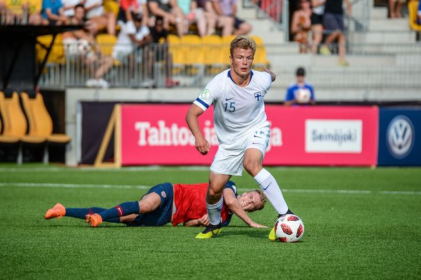 Jaakko Oksanen on riistänyt pallon.