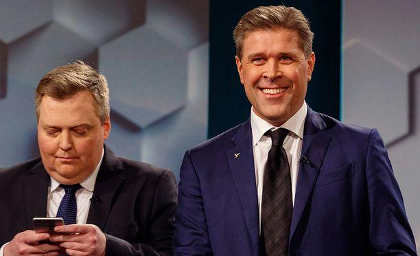 Entinen pääministeri Sigmundur David Gunnlaugsson (vas.) ja nykyinen pääministeri Bjarni Benediktsson osallistuivat televisioväittelyyn.